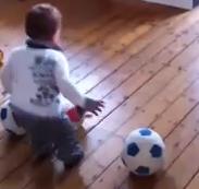 本田選手も在籍した「VVVフェンロ」が1歳半の赤ちゃんと10年契約(動画)