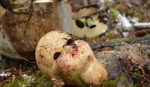 イギリスの病院廃墟に、無数の縛り付けられた人形が発見される